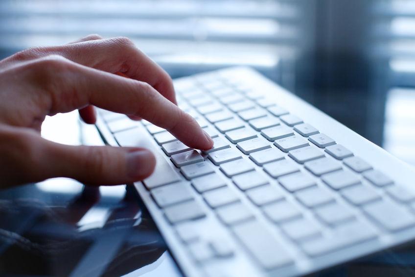 imagem em close da mão de homem usando um teclado preto