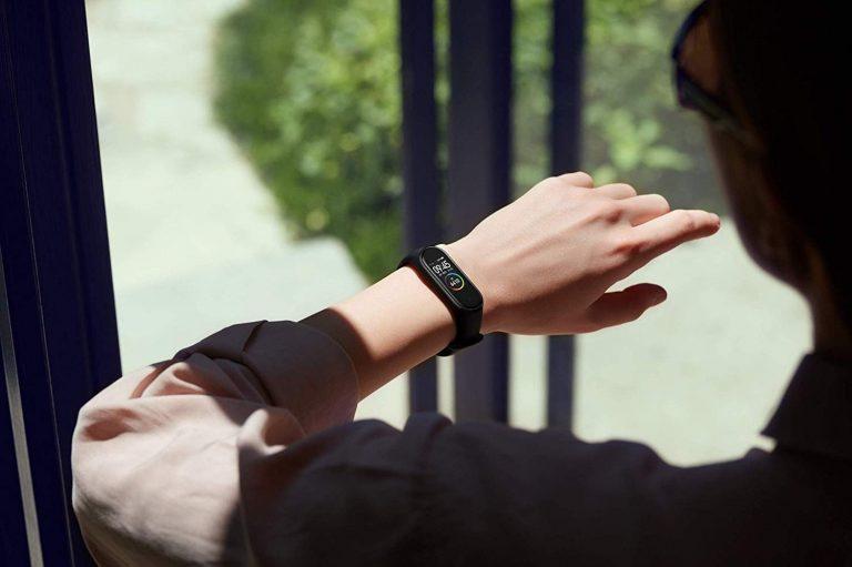 Mulher usando smartwatch Xiaomi