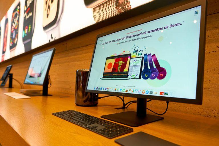 Imagem de vários monitores LG em uma bancada