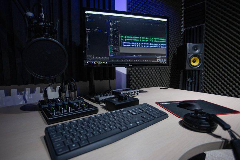 Imagem de um estúdio de som.