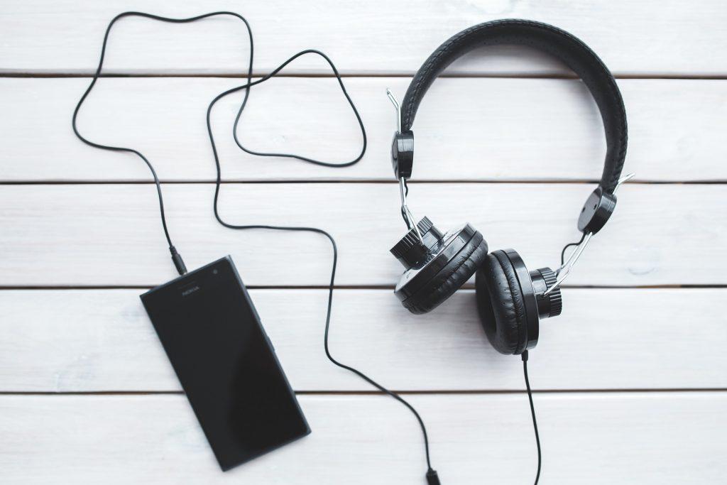 Imagem de fone de ouvido ligado a um celular