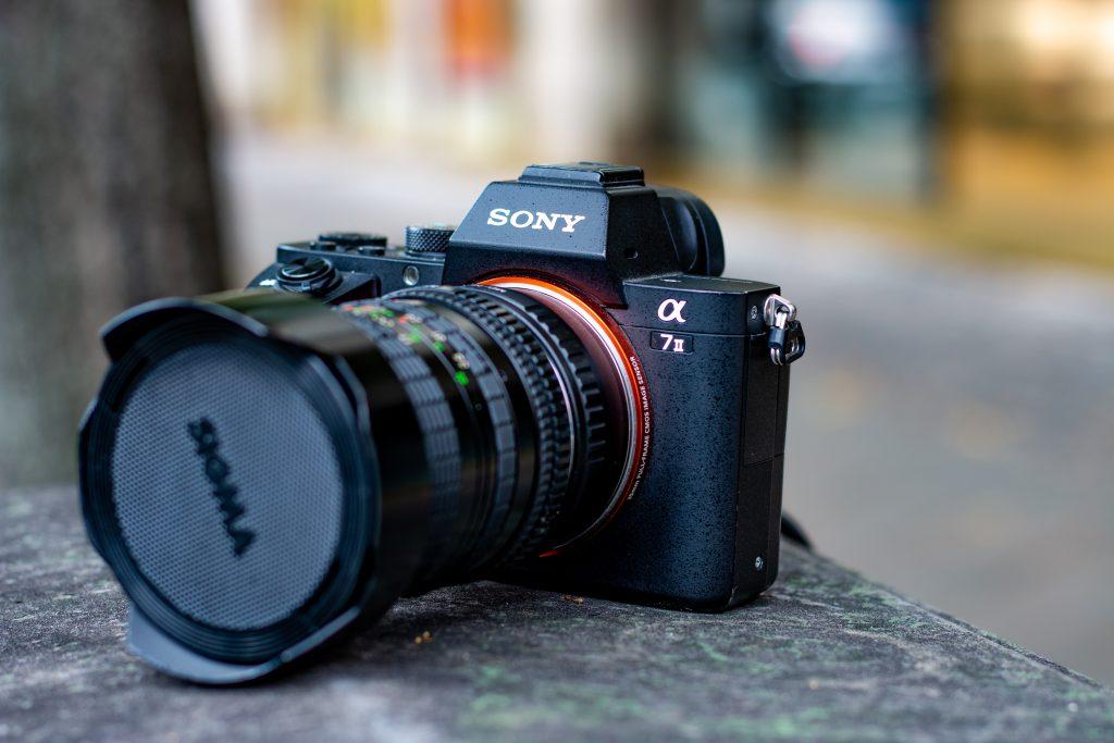 AltText: Lente Sigma conectada em uma câmera Sony
