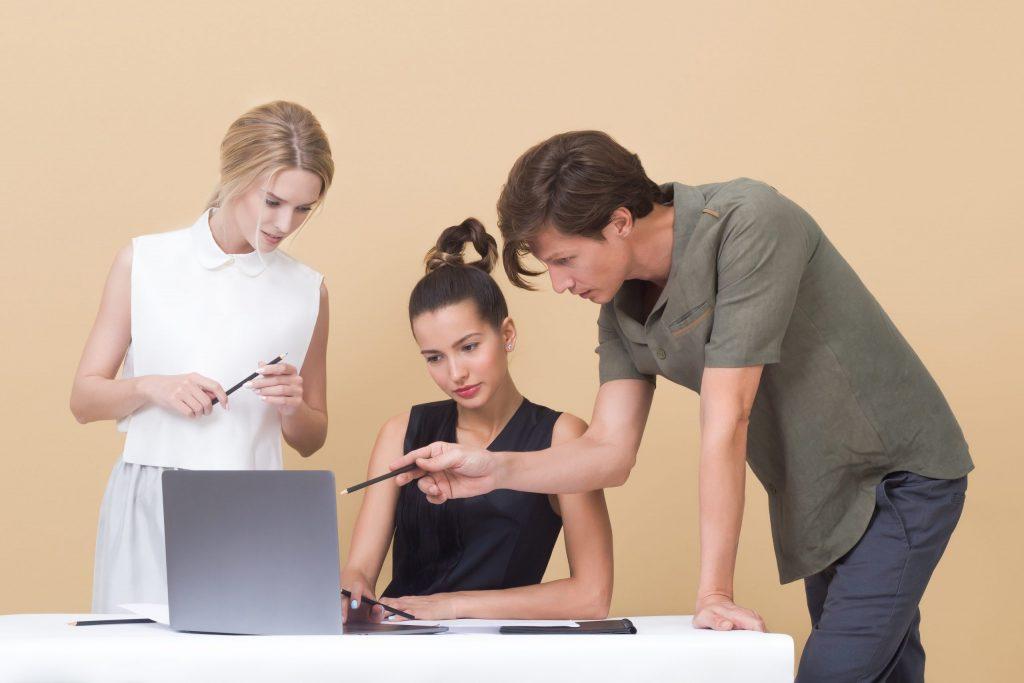 Imagem de um grupo de pessoas conversando.