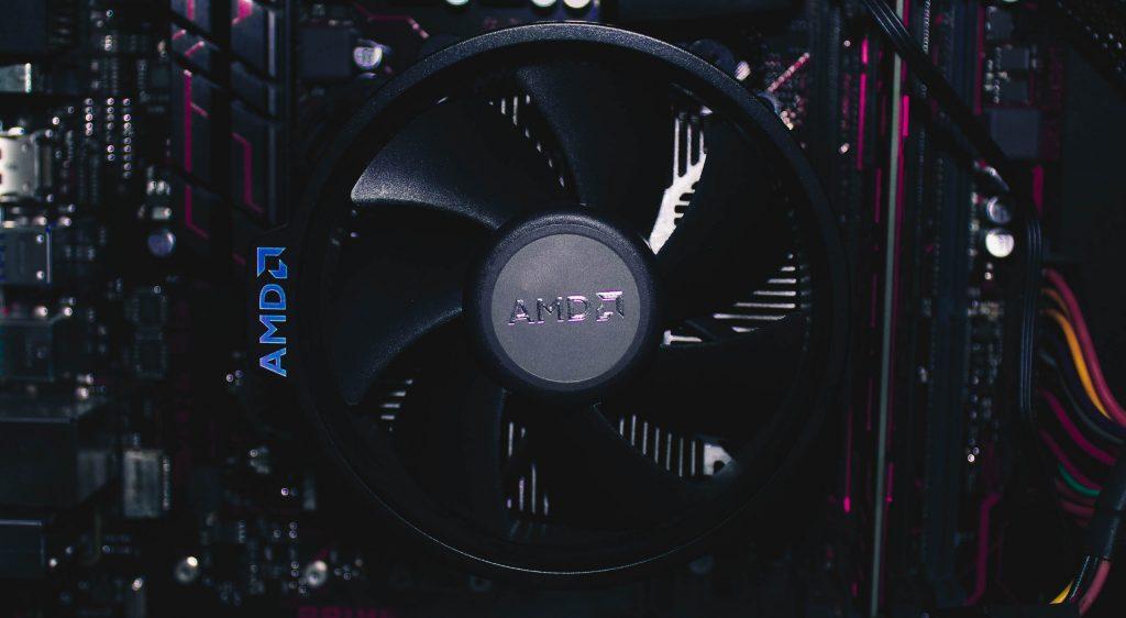 Imagem de placa de vídeo AMD com destaque para o cooler