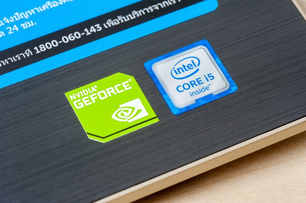 Detalhe da marca de Intel Core i5 em um notebook.