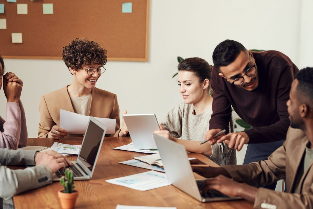 Imagem de um grupo de pessoas trabalhando.