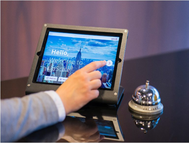 Imagem de um monitor touchscreen em um hotel.