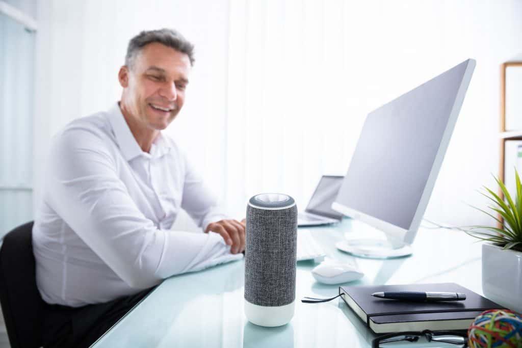 Na foto um homem dentro de um escritório usando um computador.