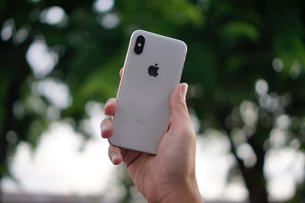 Imagem de um iPhone X prateado.