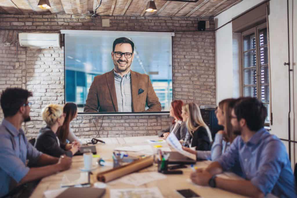 Imagem de uma grupo de pessoas em uma teleconferência.