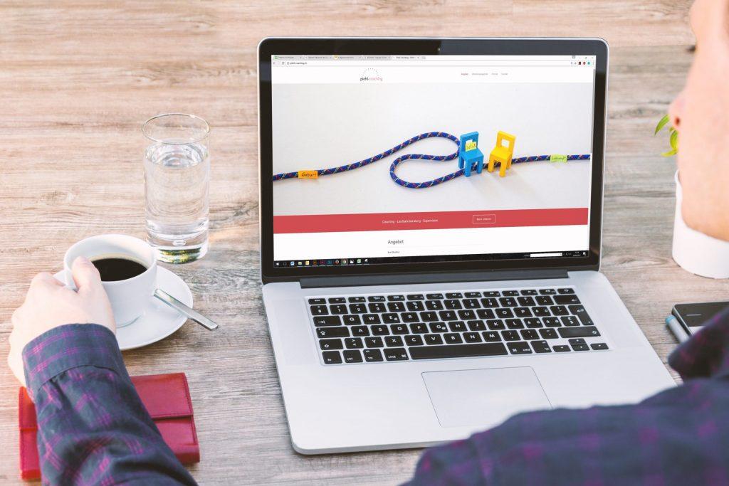 Imagem de uma pessoa usando o computador.