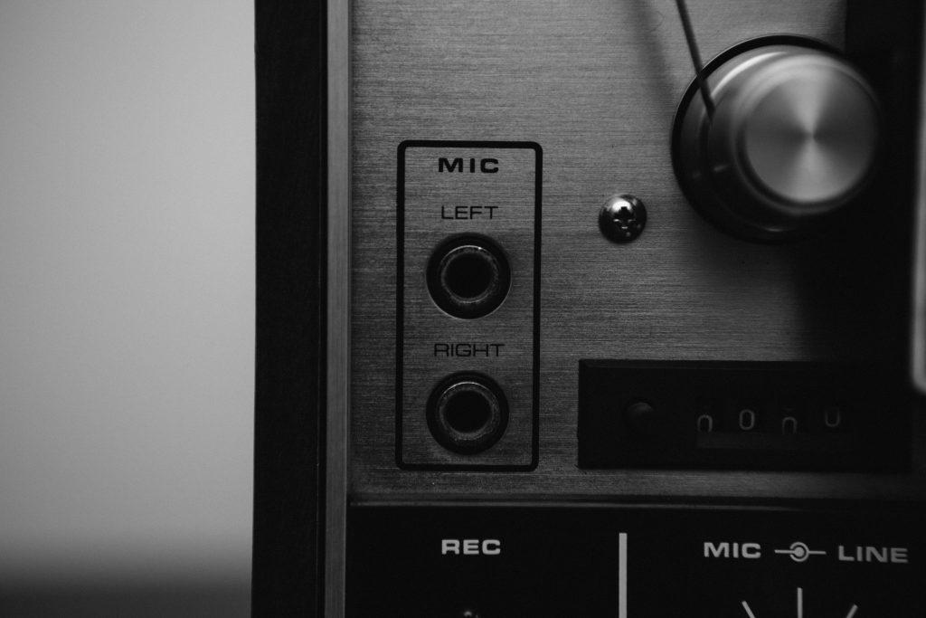 Imagem mostra o painel de entradas e saídas de áudio de um aparelho sonoro.