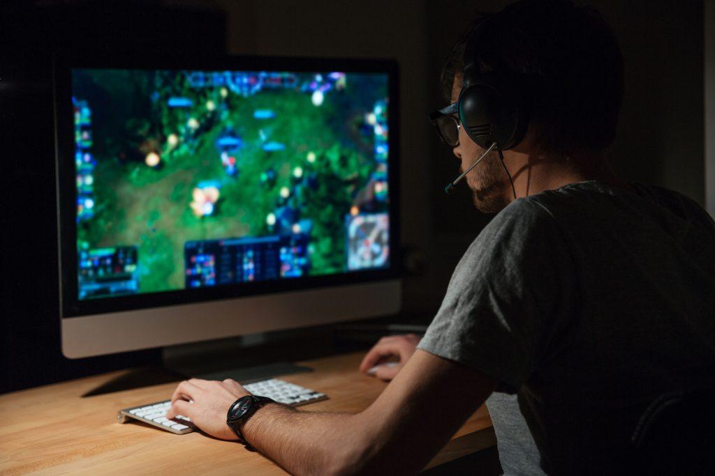 Homem jogando no computador.