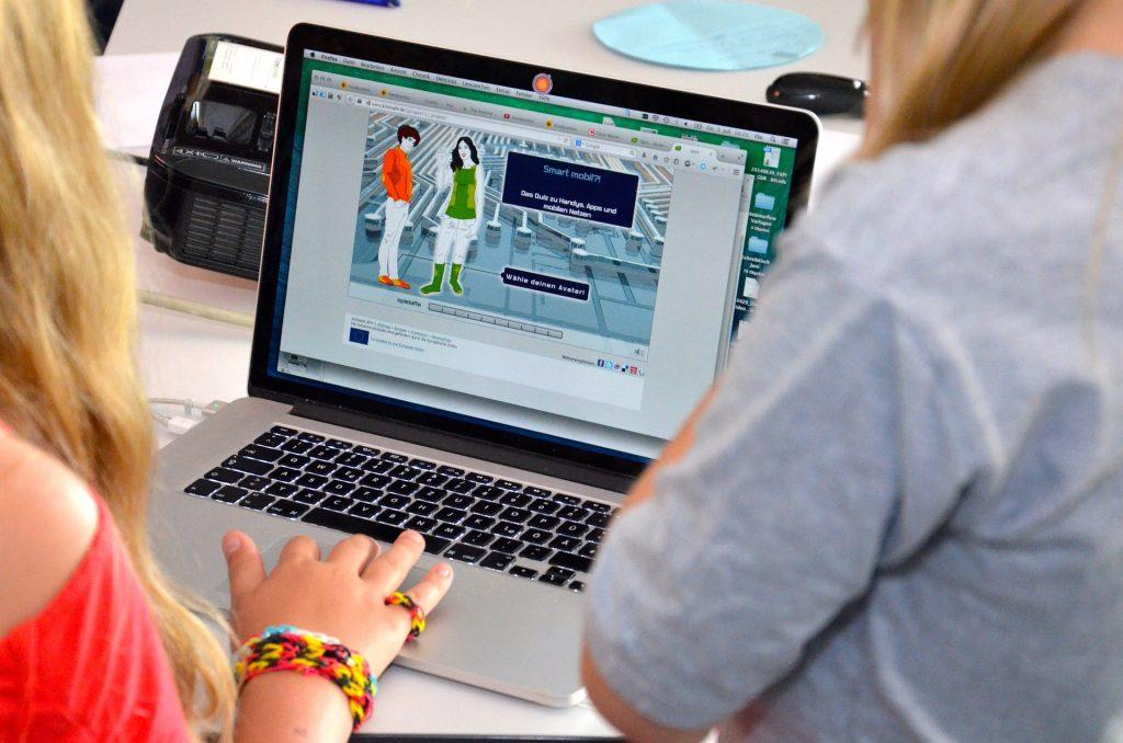 Imagem de uma menina usando computador.
