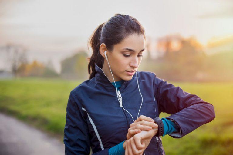 Imagem-de-uma-mulher-ajustando-uma-smartband
