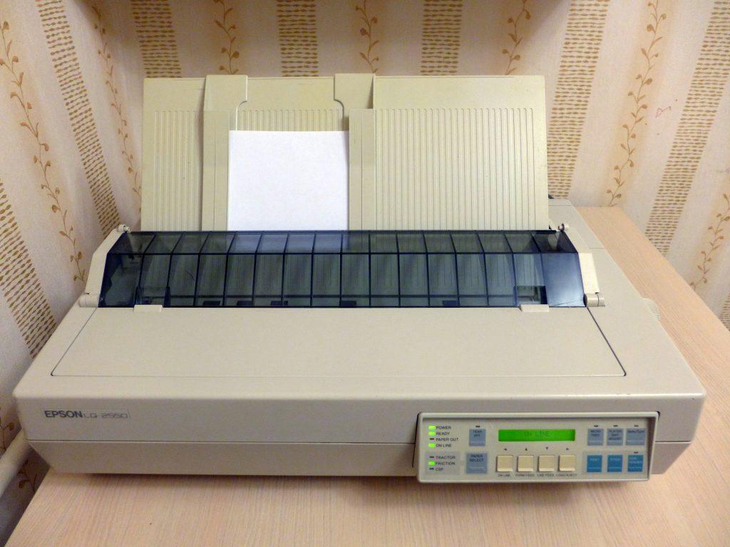 Imagem mostra uma impressora matricial da marca Epson