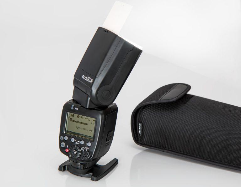 Flash Canon com capa de proteção ao lado.