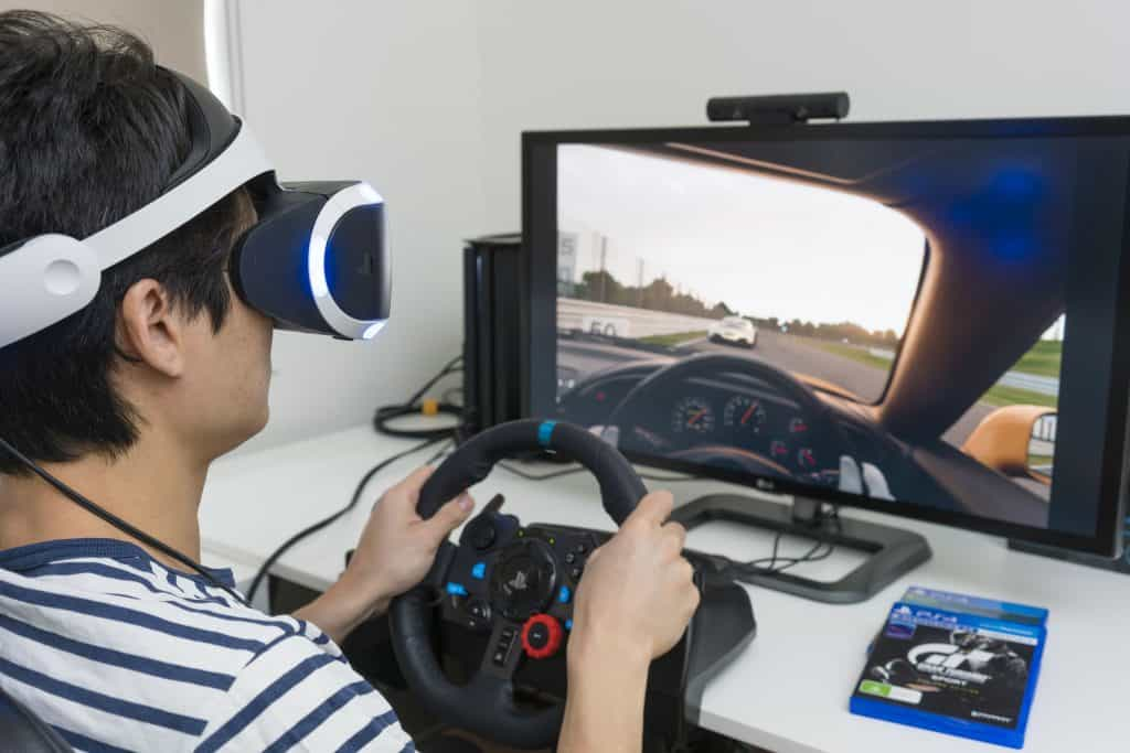 Imagem de criança jogando com PS VR e controle DualShock.