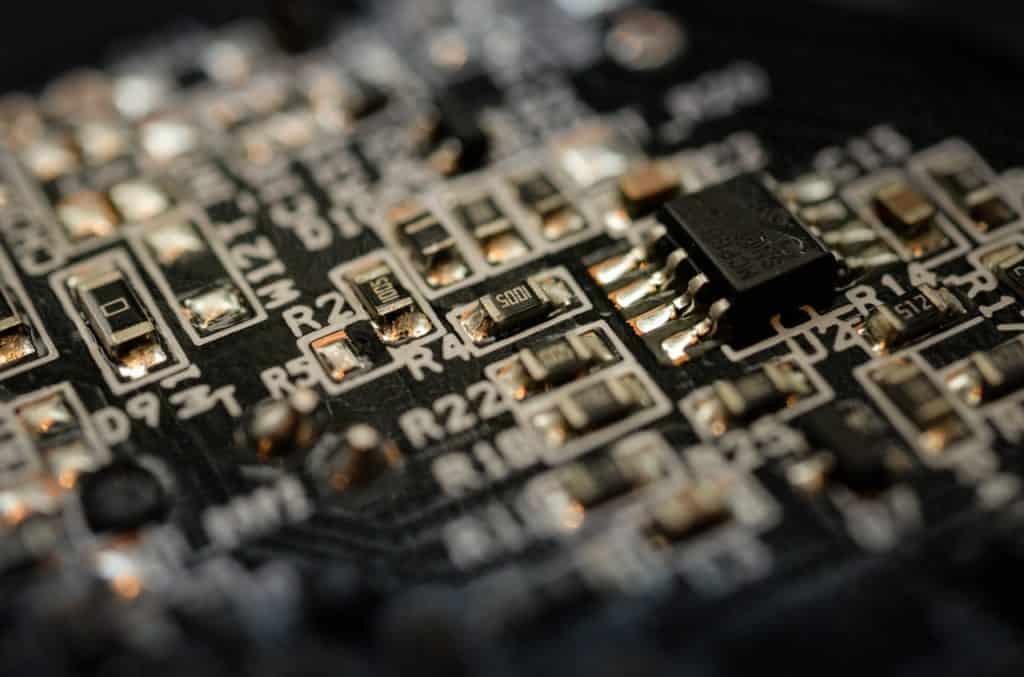 Na foto um circuito integrado instalado em uma placa eletrônica.