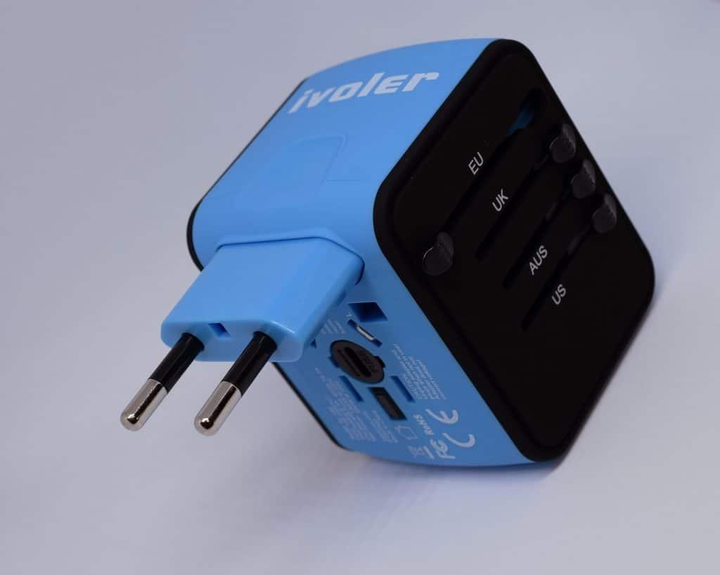 Imagem de adaptador de tomada universal azul.