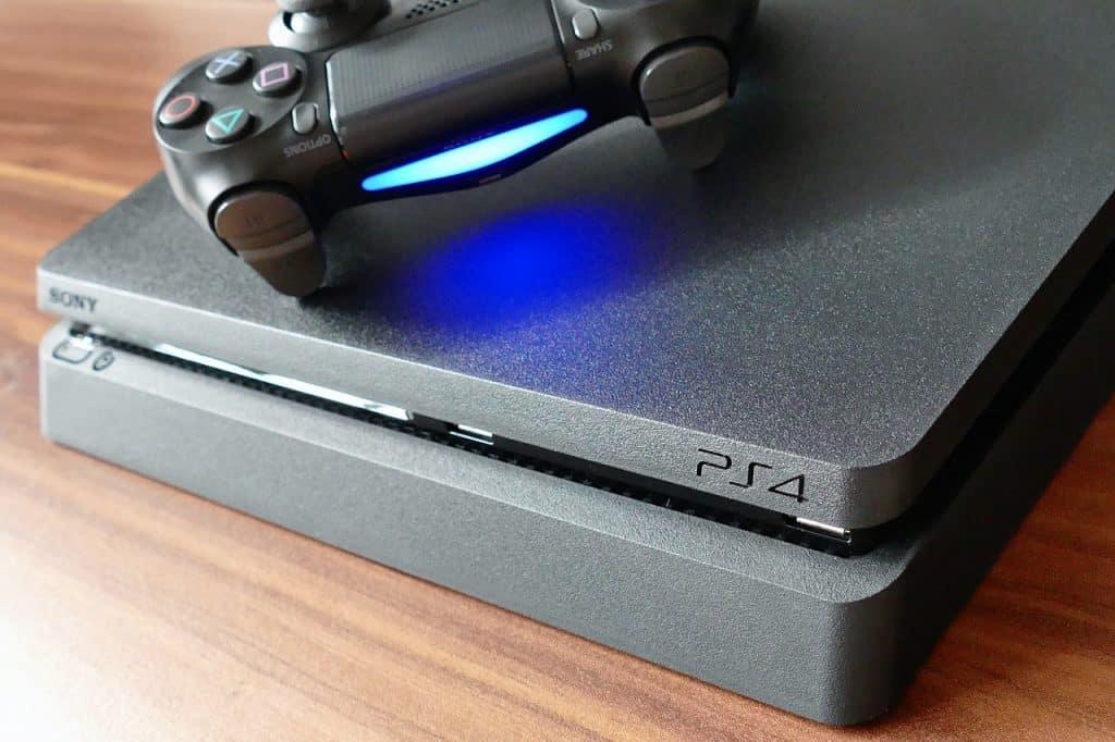 Imagem de PS4 com controle DualShock.