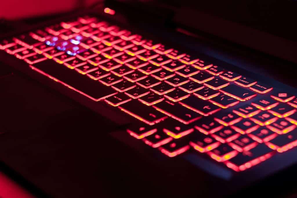 Imagem de um notebook com teclado retroiluminado.