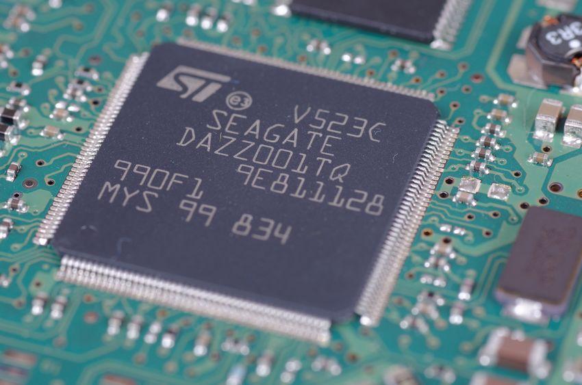 """Imagem mostra o close de um placa, com foco num chip, onde é possível ler """"Seagate""""."""