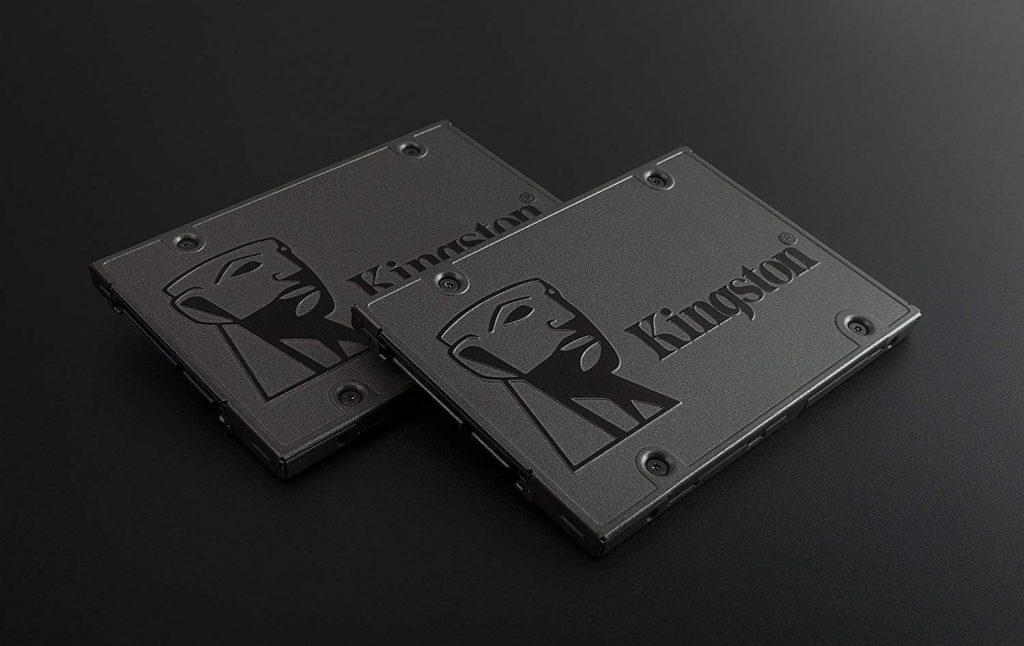 SSD Kingston instalado dentro de notebook com chave de fenda ao lado.