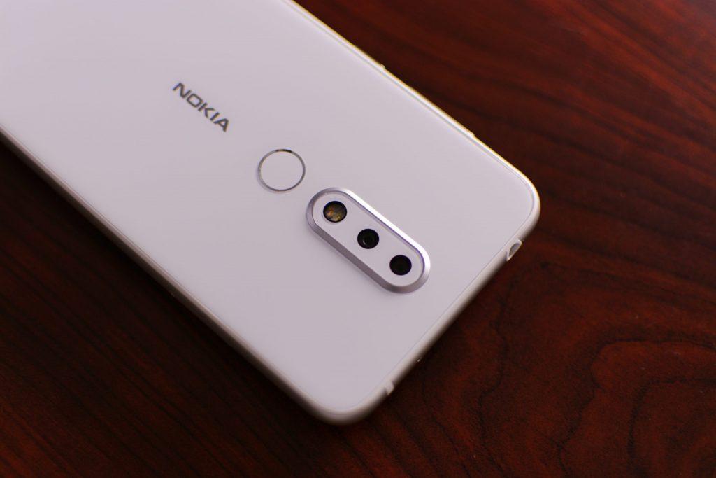 Foco em traseira de celular Nokia branco com câmera tripla.