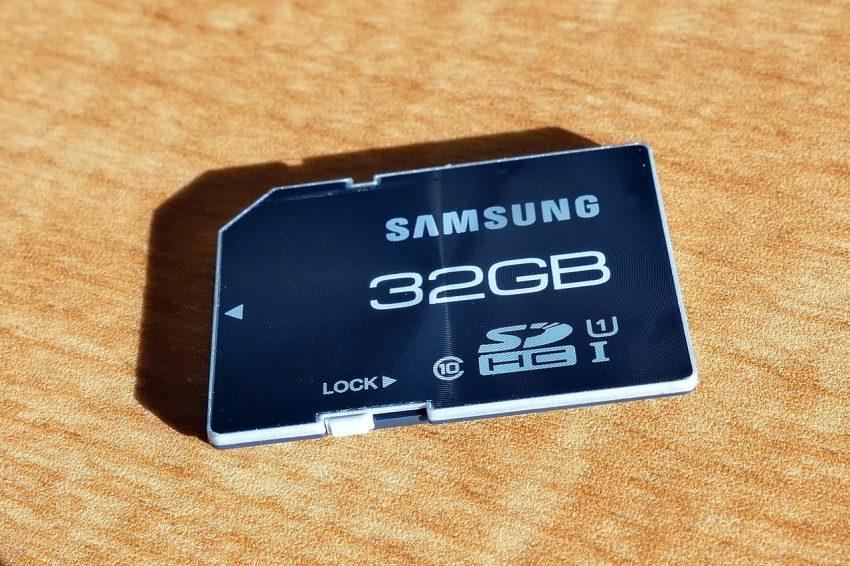 Imagem em close de um cartão SD, para mostrar a quantidade de informações disponíveis na frente do produto.