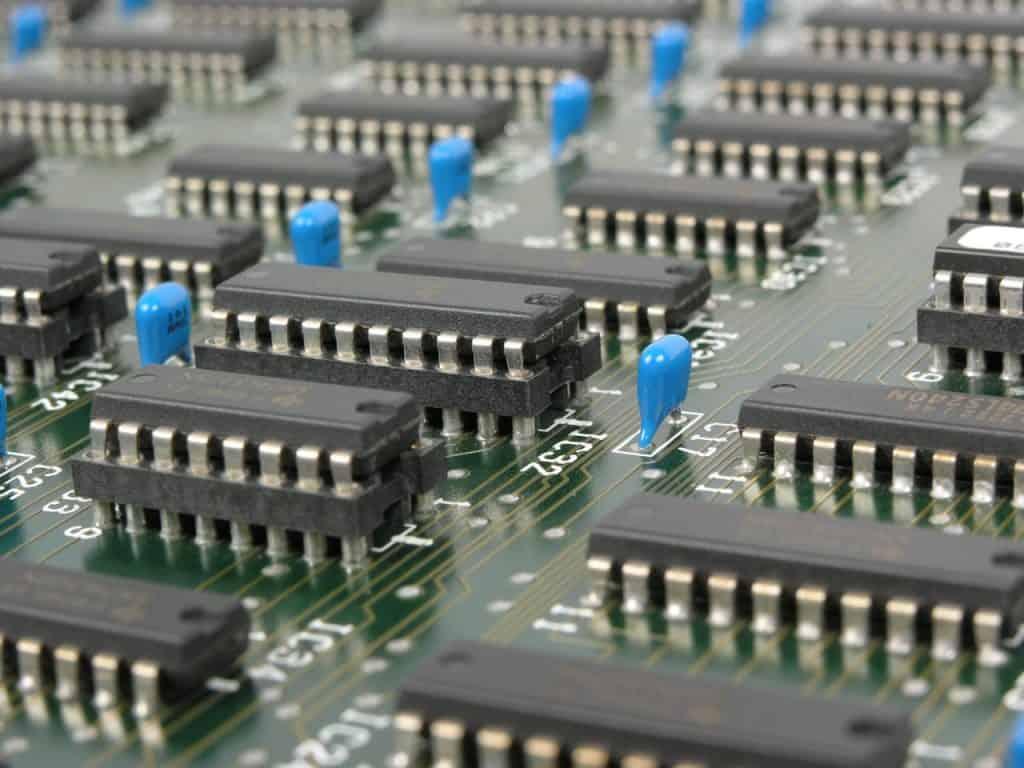 Na foto diversos circuitos integrados instalados em uma placa eletrônica.