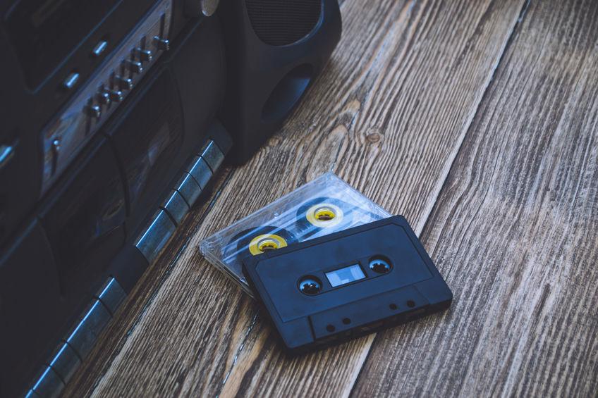 Imagem mostra um close do painel de controle de um rádio portátil com botões de funções diversas.