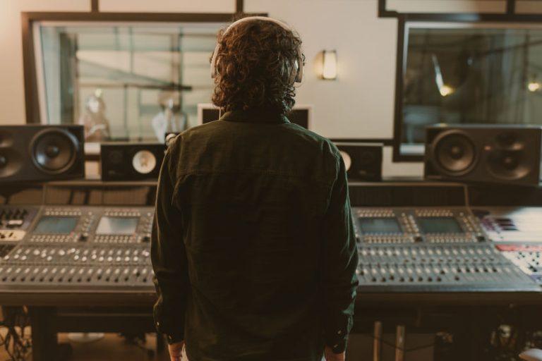 Imagem de um produtor de som em um estúdio de gravação.