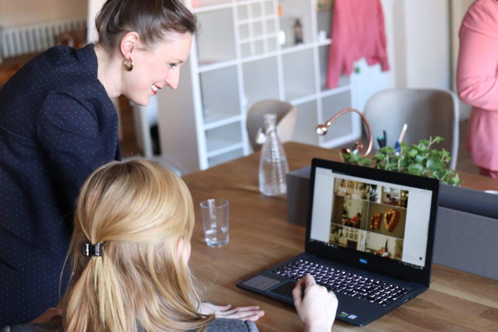 Imagem de uma mulher usando o computador.