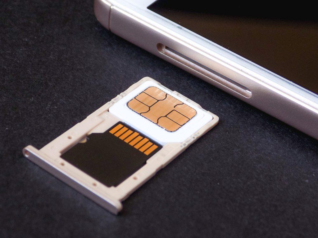 Imagem de cartão de memória ao lado de celular