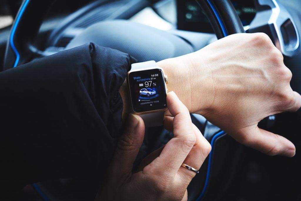 Imagem de homem consultando um relógio inteligente