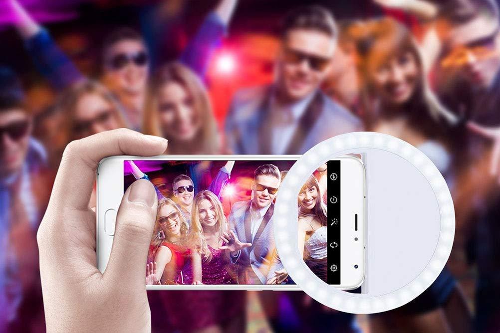 Imagem de uma pessoa tirando uma foto de um grupo de pessoas na balada.