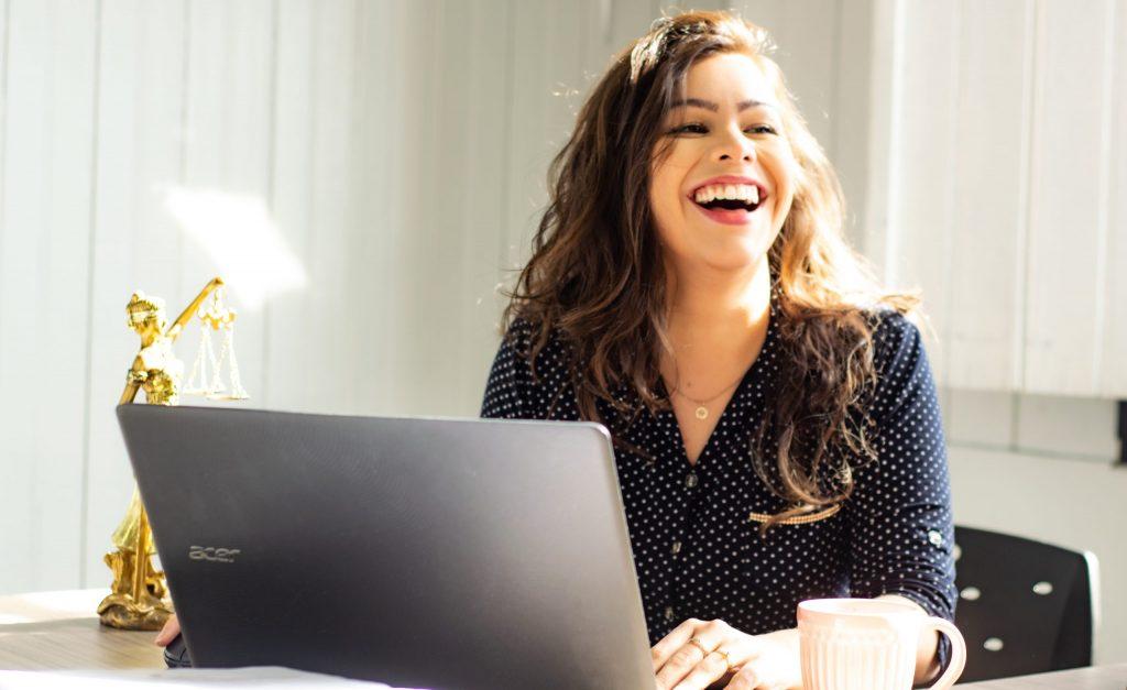 Imagem de uma mulher utilizando um notebook.