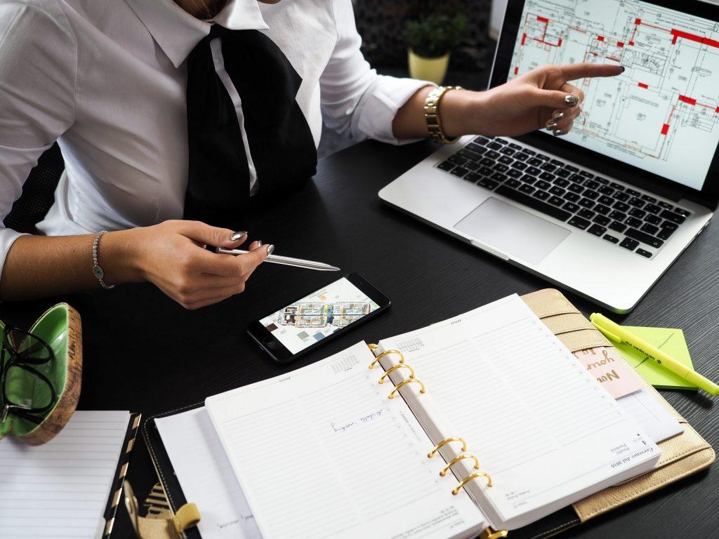 Imagem de uma mulher apresentando um projeto no computador.