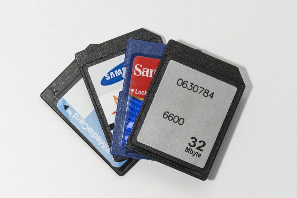 Imagem de inúmeros cartões de memória