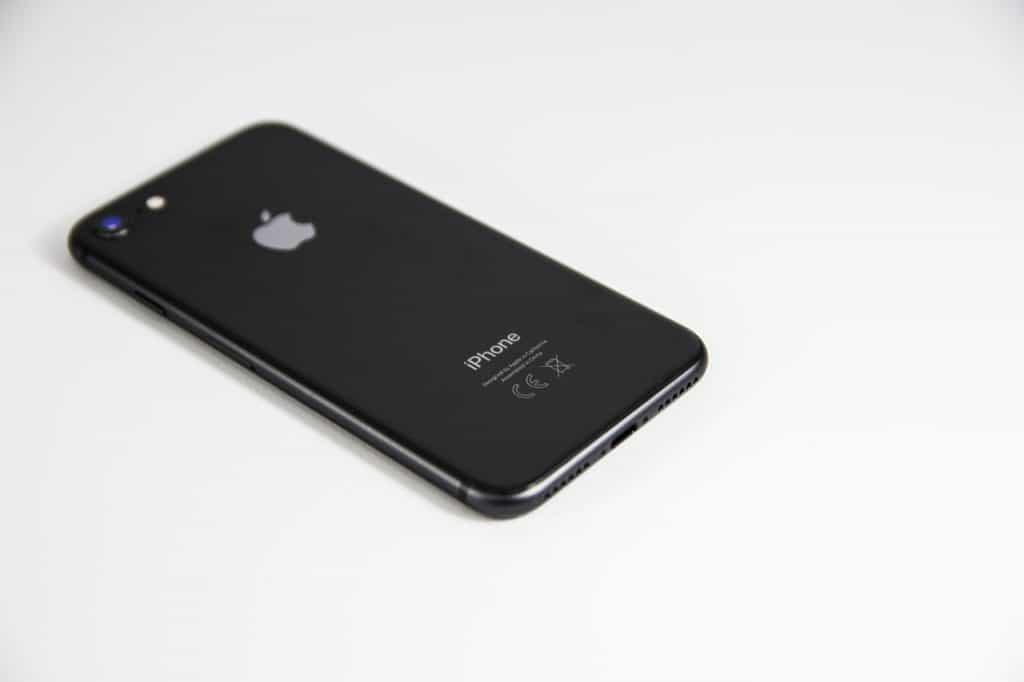 Na foto a traseira de um iPhone 8 na cor cinza espacial sobre um fundo branco.