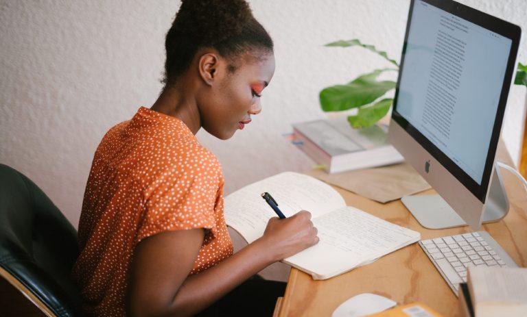 Imagem de uma jovem estudando.