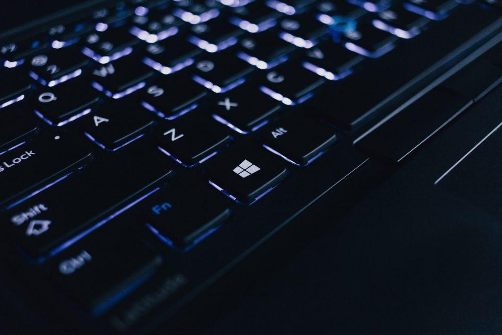 Imagem de notebook gamer com teclado iluminado
