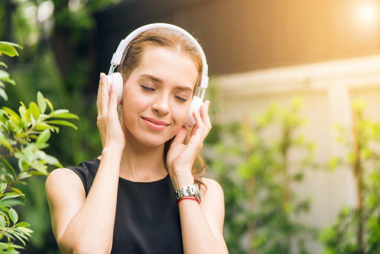 Imagem de uma mulher ouvindo música.
