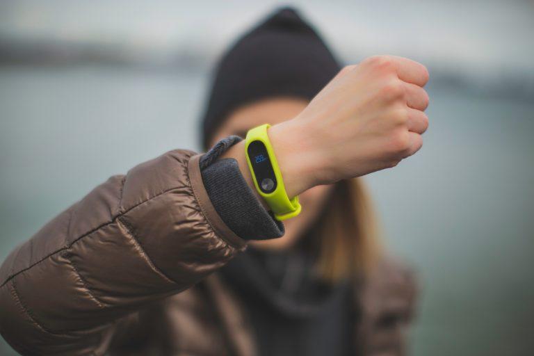 Imagem-de-uma-mulher-mostrando-a-smartband