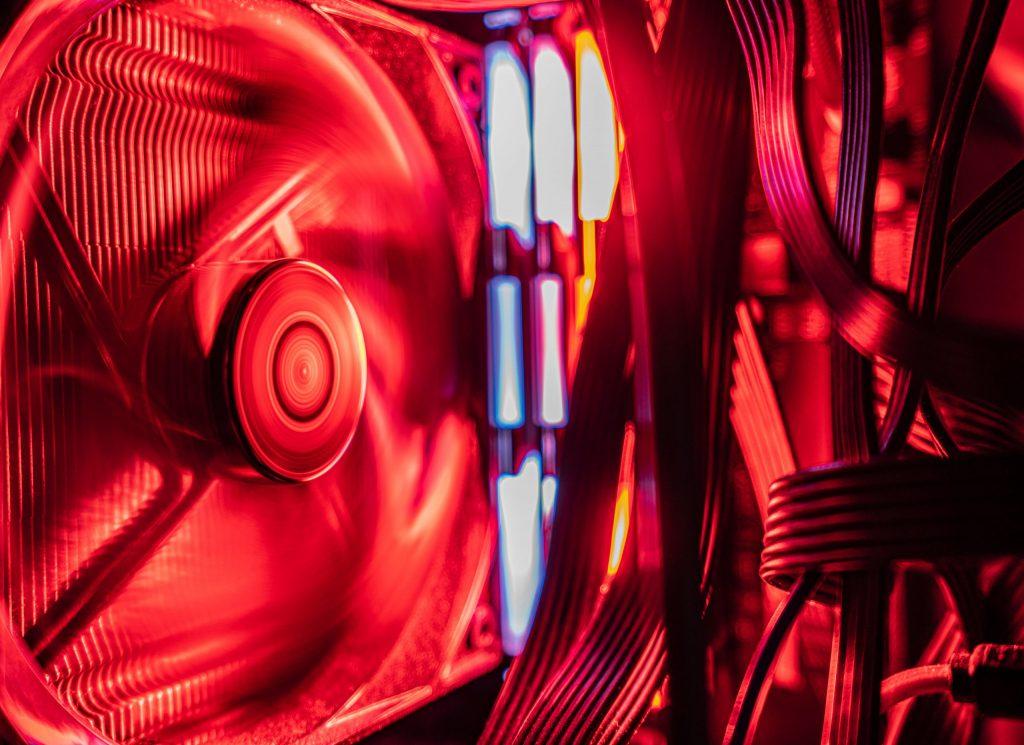 Imagem de gabinete com cooler e iluminação vermelha