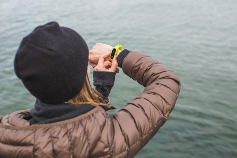 Imagem-de-uma-mulher-ajustando-a-smartband
