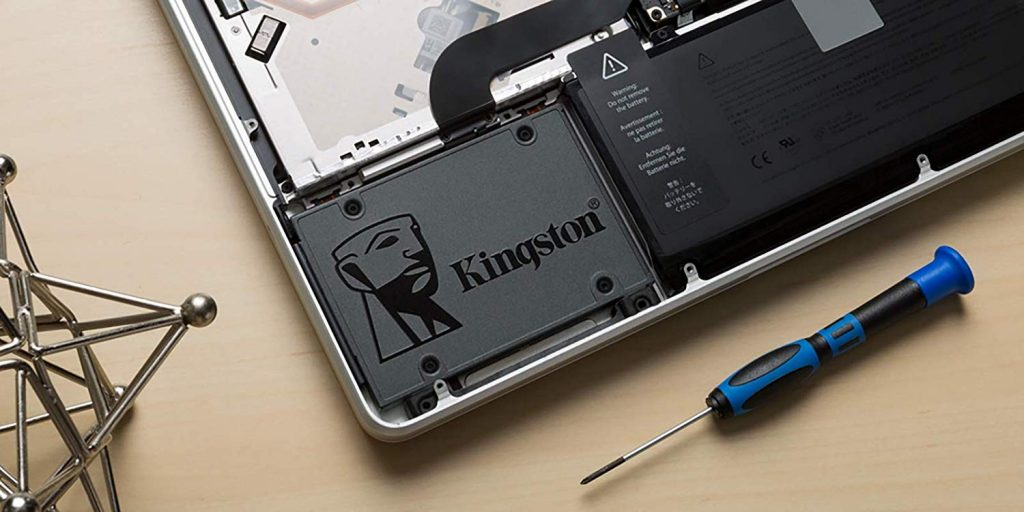 SSD sendo instalado dentro de um notebook.