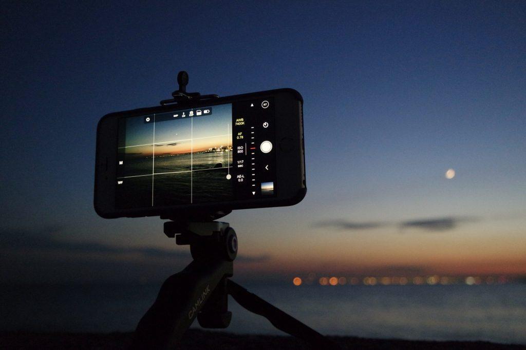 Imagem de um celular em um tripé.