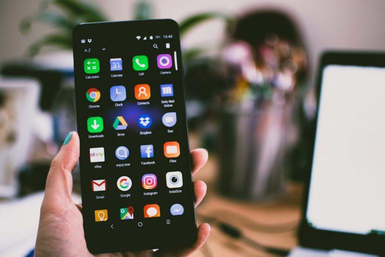 Imagem do menu principal de um celular.